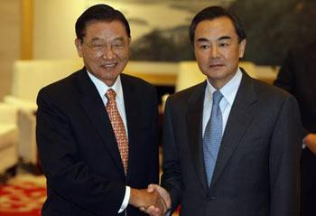 Wang Yi (R), director of the Taiwan Work Office of the Central Committee of the Communist Party of China, meets with Taiwan-based Straits Exchange Foundation (SEF) Chairman Chiang Pin-kung in Nanjing, capital of east China's Jiangsu Province, April 26, 2009. (Xinhua/Xing Guangli)