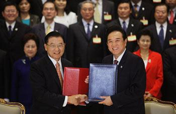 The mainland-based Association for Relations Across the Taiwan Straits (ARATS) President Chen Yunlin (R) and the Taiwan-based Straits Exchange Foundation (SEF) Chairman Chiang Pin-kung attend a signing ceremony in Nanjing, east China's Jiangsu Province, on April 26, 2009.(Xinhua/Sun Can)