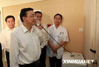 Vice Premier Li Keqiang visited the patient cofirmed with the a/H1N1 virus in Chengdu Infectious Disease Hospital on behalf of Chinese President Hu Jintao and Premier Wen Jiabao.