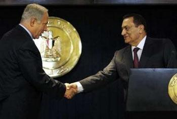 Egyptian President Hosni Mubarak (R) shakes hands with Israel's Prime Minister Benjamin Netanyahu during a news conference in the Red Sea resort of Sharm el-Sheikh May 11, 2009. REUTERS/Amr Abdallah Dalsh