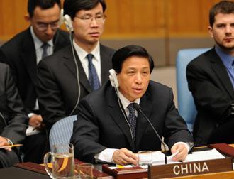 ZhangYesui,ChinesepermanentrepresentativetotheUnitedNations,speaksonbehalfofChineseForeignMinisterYangJiechiduringanopenSecurityCouncilmeetingontheMiddleEastissueatUNheadquartersinNewYork,theU.S.,May11,2009.(Xinhua/ShenHong)