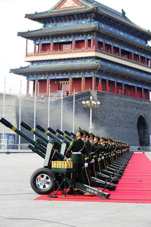SoldiersoftheChinesePeople'sArmedPoliceForcefire60gunsaluteatthestartofthecelebrationsforthe60thanniversaryofthefoundingofthePeople'sRepublicofChina,neartheTian'anmenSquareincentralBeijing,capitalofChina,Oct.1,2009.(Xinhua/RenYong)
