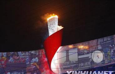 <br><br>Beijing Olympic cauldron is lit up by Li Ning
