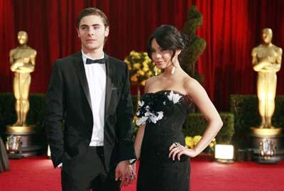 Actors Zac Efron and Vanessa Hudgens arrive at the 81st Academy Awards in Hollywood, California Feb. 22, 2009.(Xinhua/Reuters Photo)