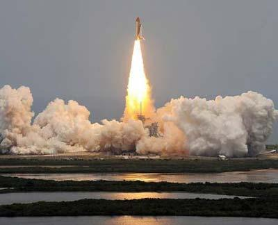 Space shuttle Atlantis lifts off on a mission to NASA's Hubble Telescope from its launch pad at the Kennedy Space Center in Cape Canaveral, Florida May 11, 2009.(Xinhua/AFP Photo)