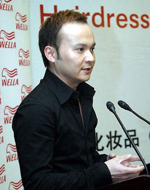 """1999年获世界美容师协""""最佳形象设计专家""""称号     1999年获""""中国"""