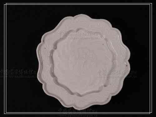 白瓷七瓣形折腹盘