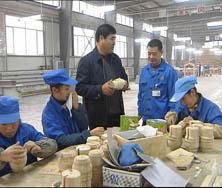 杨孝义与公司职工在一起