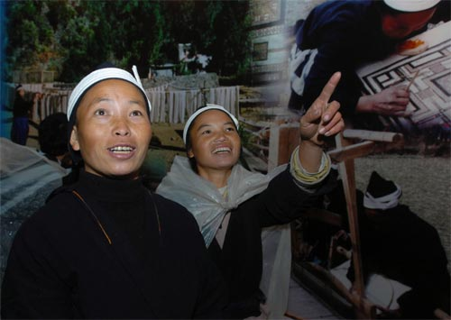 乡怀里村的两名白裤瑶妇女在白裤瑶生态博物馆高兴地观看自己的照
