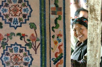 江孜地毯厂培养了3000多名技术精湛的藏族纺织技工,共生产卡垫,地毯