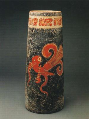 杯上描绘的奎特查尔凤鸟是生长于玛雅山区的一种有着彩虹般羽毛的鸟