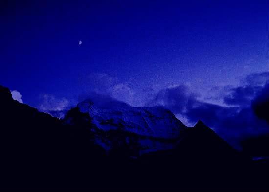 东山顶上的月亮大图