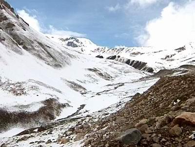 昆仑山西北坡植被很少,山势也不像内地的一些山那样陡峭,巨大的山体