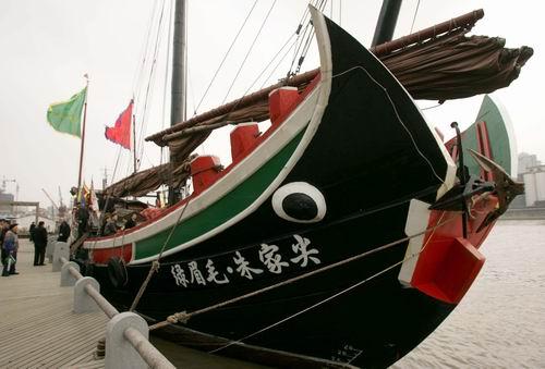 """中国最大的仿古木帆船""""绿眉毛""""号停泊在宁波外滩码头"""