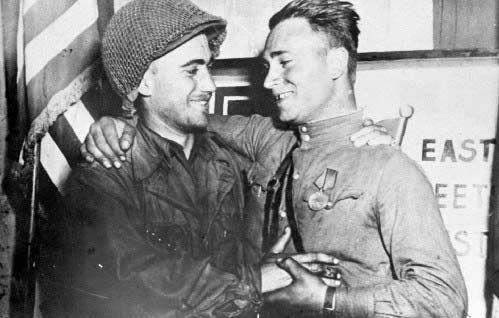 苏联红军在德国_美军士兵与苏联红军战士在德国易北河畔的托尔高会师后热烈拥抱