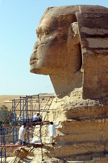 工作人员在修复位于埃及首都开罗郊区的斯芬克斯大石像.
