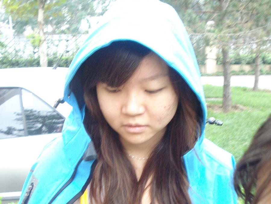 """梁璐/2010年09月26日《""""小霸王""""创业记》拍小片时正下雨"""