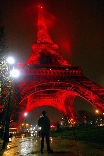法国巴黎埃菲尔铁塔通体被灯光映红