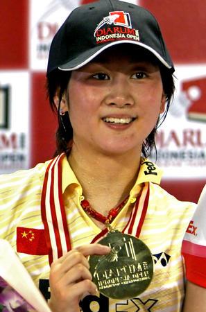 新华社消息:照片,法新,2006年6月4日 羽毛球――朱琳夺得...