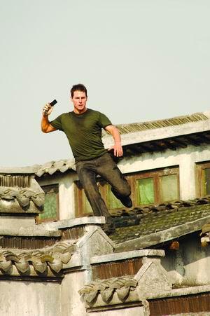 伊森·亨特在屋顶上飞跑.资料图片高清图片