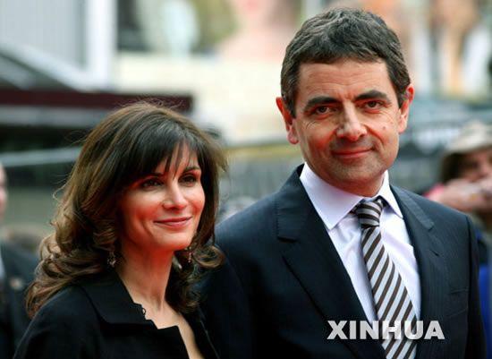 特金森携妻子苏纳特拉·萨斯特里在英国伦敦莱斯特广场参加该片首
