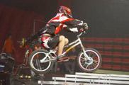 自行车跨栏<a href=mms://winmedia.cctv.com.cn/xiangtiaozhanma/2006/05/xiangtiaozhanma_300_20060508_5.wmv><font color=FF0000>视频</font></a>
