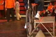 自行车上达瓦兹<a href=mms://winmedia.cctv.com.cn/xiangtiaozhanma/2006/05/xiangtiaozhanma_300_20060504_2.wmv><font color=FF0000>视频</font></a>