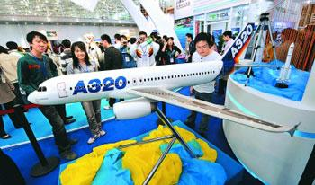 More than 300 aviation and space flight manufacturers have gathered in Tianjin to promote their latest technologies and new products. (people.com.cn)