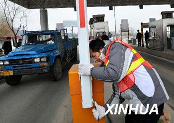 Twelve of China's provinces so far have eliminated tolls on second-tier roads, according to the Ministry of Transportation.