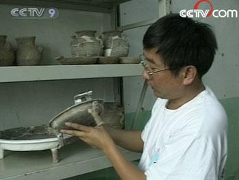 So far, archeological workers have discovered more than 300 small tombs around the two mausoleums. Apart from that they have found over 500 antique pieces made of bronze, iron, jade, and pottery.(Photo: CCTV.com)