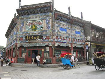 On West Liulichang Street, the first shop greets you is Hua Xia Painting and Calligraphy Society that features the four treasures of study, Shou Shan stone seals, traditional Chinese paintings and calligraphical works.