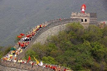 AnactivityaboutBeijingOlympicGameswasheldattheMuTianyuGreatWall.(photosouce:Beijing2008.cn)
