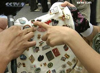 CrowdsofavidcollectorsgatheredinBeijingforthegames,seekingrareandpreciousbitsofmemorabilia.(Photo:CCTV.com)
