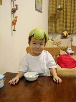 Putting pomelo rinds on one's head is another way to celebrate  Mid-Autumn Festival(File photo)