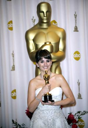 Penelope Cruz holds up her trophy for Best Supporting Actress of the 81st Academy Awards at the Kodak Theater in Hollywood, California, the United States, Feb. 22, 2009.(Xinhua/Qi Heng)