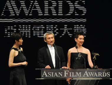 Hong Kong directors Tsui Hark (C) gives acceptance speeches afer receiving the Lifetime Achievement Award of the 3rd Asian Film Awards at the Hong Kong Convention and Exhibition Center in south China's Hong Kong, Mar. 23, 2009.(Xinhua Photo)