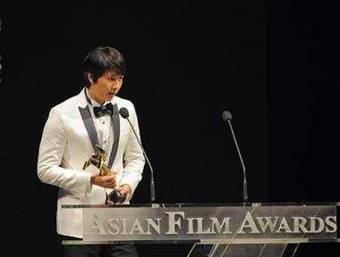 South Korean actor Jung Woo-sung gives acceptance speech afer receiving for Best Supporting Actor Award of the 3rd Asian Film Awards at the Hong Kong Convention and Exhibition Center in south China's Hong Kong, Mar. 23, 2009.(Xinhua Photo)