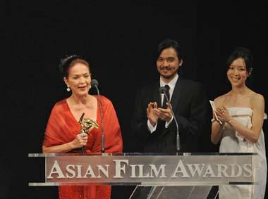 Philippine actress Gina Pareno (L) gives acceptance speech afer receiving for Best Supporting Actress of the 3rd Asian Film Awards at the Hong Kong Convention and Exhibition Center in south China's Hong Kong, Mar. 23, 2009.(Xinhua Photo)