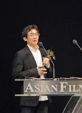 Chinese Taiwanese director Wei Te-sheng gives acceptance speech afer receiving the Edward Yang New Talent Award of the 3rd Asian Film Awards at the Hong Kong Convention and Exhibition Center in south China's Hong Kong, Mar. 23, 2009.(Xinhua Photo)