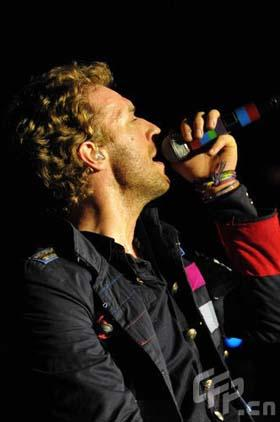 British band Coldplay rocked a full house at the AsiaWorld-Expo in Hong Kong on March 25, 2009. The 13,500-seat venue was jam-packed with fans from all over Asia, Sina.com.cn reported. Chris Martin, front man of the multiple Grammy-winning group, told the audience that his band was likely to come back to Asia later in the year, and he was expecting to visit Shanghai next time. [Photo: CFP.cn]