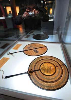 Visitors take photos of fans used by imperial concubines of Qing Dynasty (1644-1911 A.D.) at Nanjing Museum in Nanjing, east China's Jiangsu Province, March 26, 2009. (Xinhua Photo)