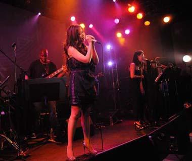 Chinese singer Zhang Liangying sings at her first concert in Tokyo, Japan, on March 29, 2009. (Xinhua/Ye Jia)