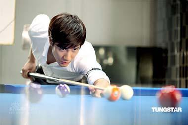 Singer Leehom Wang and pop idol Jolin Tsai are seen shooting a TV commercial for a brand shampoo in this series of photos. The two stars, both are green hands in snooker, were arranged to learn some basic snooker skills before the filming of the ad. [Photo: Tungstar]