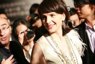 French actress Juliette Binoche arrives for the opening of the Sixth annual French Film Panorama in China on Thursday night, April 9, 2009, at Beijing's Saga Cinema. [Photo: sina.com]