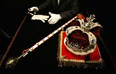 Michael Jackson's crown, ceremonial scepter and white crystal-covered glove are displayed in Beverly Hills, California April 13, 2009. Items from the life and career of the pop star will be auctioned from April 22-25. (Xinhua/Reuters Photo)