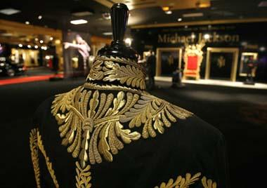 One of Michael Jackson's jackets is displayed in Beverly Hills, California April 13, 2009. Items from the life and career of the pop star will be auctioned from April 22-25. (Xinhua/Reuters Photo)