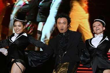 Singer Eason Chan (C) of Hong Kong of China performs during his personal concert at the Hongkou Stadium in Shanghai, east China, April 25, 2009. (Xinhua/Zhu Liangcheng)