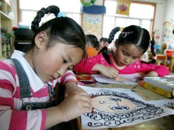 Kids draw pictures of their mothers, at Yixiu kindergarten in Suzhou, east China's Jiangsu Province, May 8, 2009, to celebrate the Mother's Day, which falls on May 10 this year.(Xinhua/Hang Xingwei)
