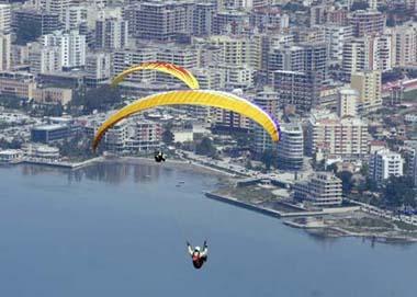 ParaglidersflyoverthecityofVloreduringanannualBalkancompetition,some150km(94miles)fromthecapitalTirana,May9,2009.(Xinhua/ReutersPhoto)