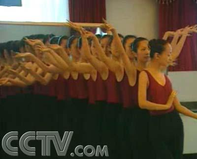 经济频道 经济与法 > 正文    第二天,刘露就在手语老师的配合下开始